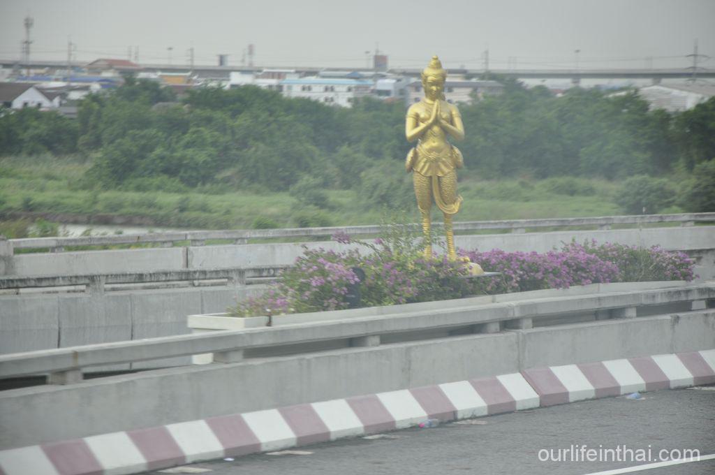 Удивительные статуи вдоль трассы из аэропорта