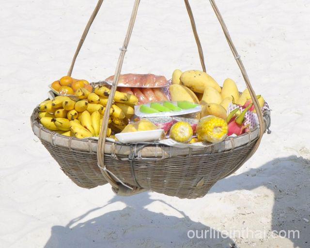 Корзина с фруктами на пляже о. Самет.
